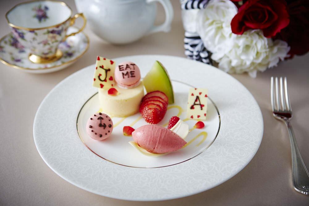 京王プラザホテル「アリスの時間:デザート」 | トランプをイメージした大人カワイイコーディネート!京王プラザホテル テーマコーディネートウエディングプラン「アリスの時間」