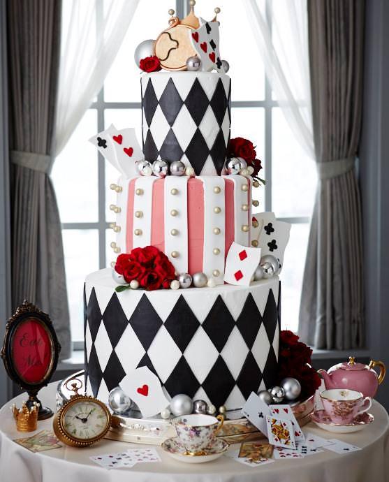京王プラザホテル「アリスの時間:ウェディングケーキ」 | トランプをイメージした大人カワイイコーディネート!京王プラザホテル テーマコーディネートウエディングプラン「アリスの時間」