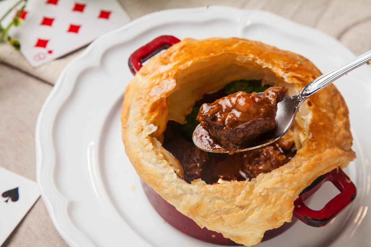 牛肉の英国風ギネス煮込み パイ包み