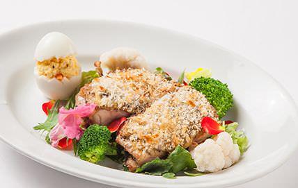 アリスレストラン クイーンオブハートとクローケー鶏もも肉のマスタードパン粉焼き