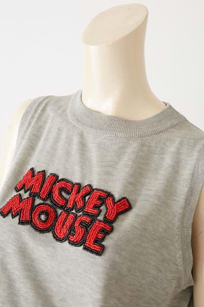 Moroko Bar ミッキーマウスノースリーブニット 胸部アップ