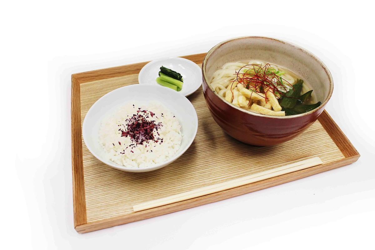 祇園辻利 × カフェコムサ ほうじ茶出汁とオクラのおうどん
