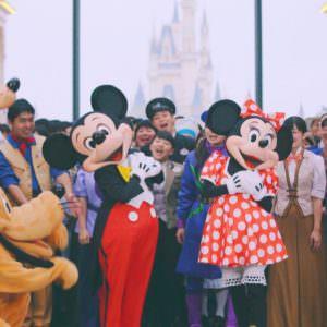 みんなからお祝いされているミッキーマウス