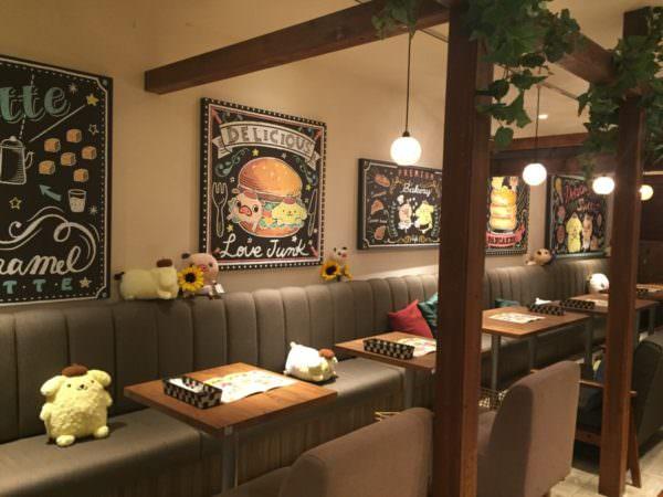 チョークアート風パネルが並ぶカフェ空間