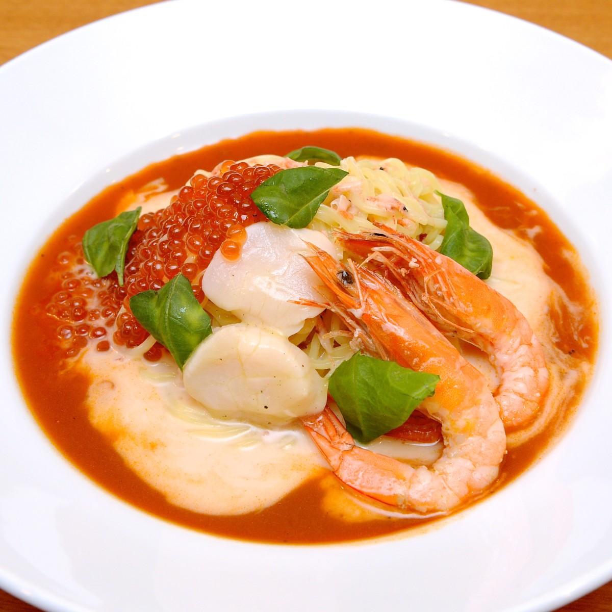 いくらと有頭エビとホタテの冷やし麺〜ビスクソース〜|ココス「世界のヌードル」フェア