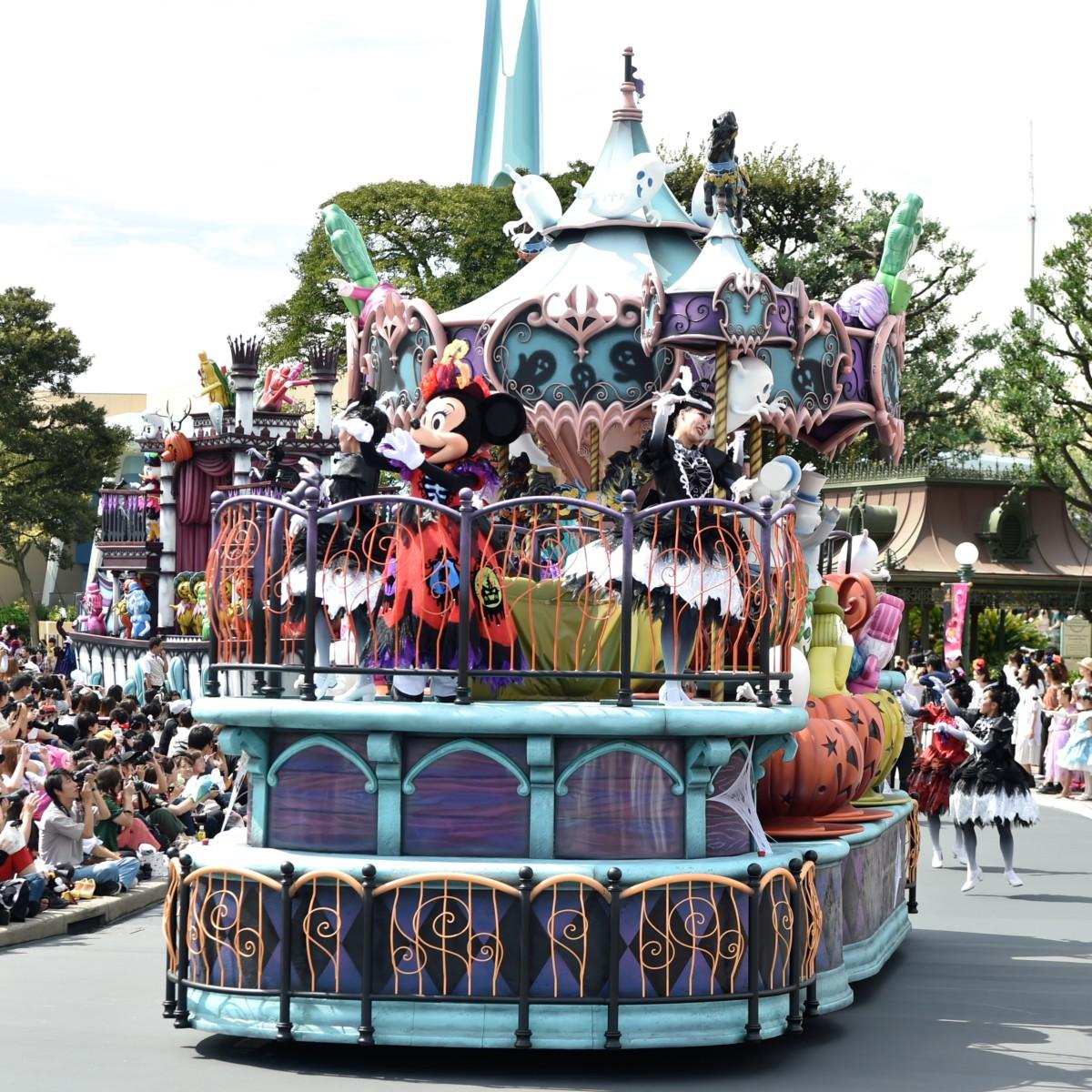 黒い木馬やかぼちゃのティーカップが回るファンタジーランドをイメージしたフロート