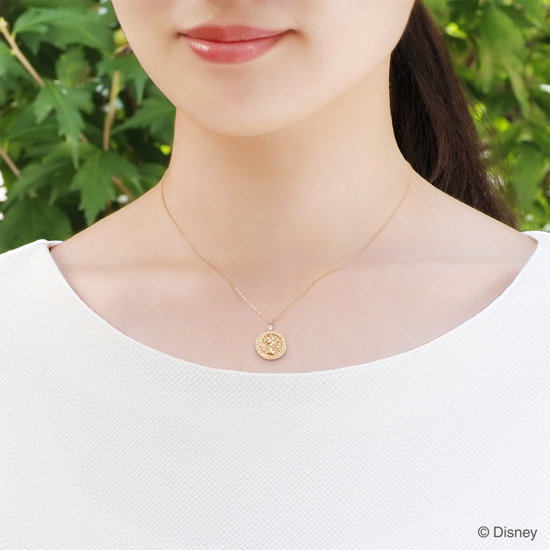 """MICKEY THE TRUE ORIGINAL"" Celebration Coin Necklace 着用イメージ"