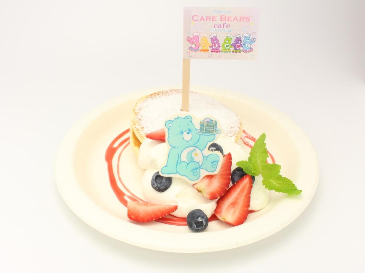 「ケアベア™ カフェ」ベッドタイムベア™のホワイト&ベリーパンケーキ