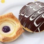 ローソンストア100 100円パンなのに驚きの贅沢感!「おいしさプラスワンシリーズ」から「2色のチョコパン(ホイップ&カスタード)」「チーズケーキデニッシュ(ブルーベリー)」