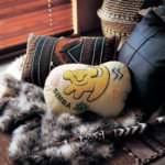 サガラ刺繍のクッション「ライオン・キング」