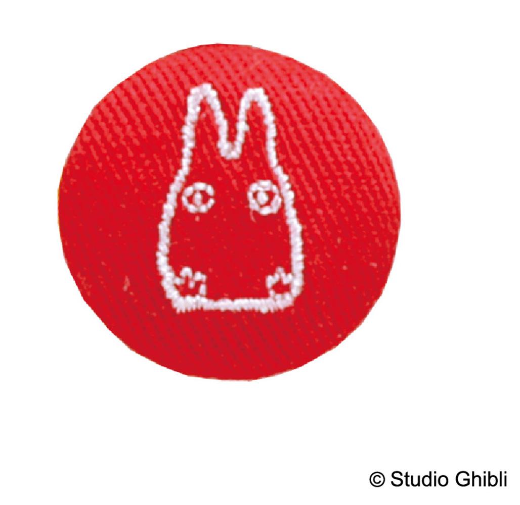 小トトロの刺繍が入ったくるみボタン。
