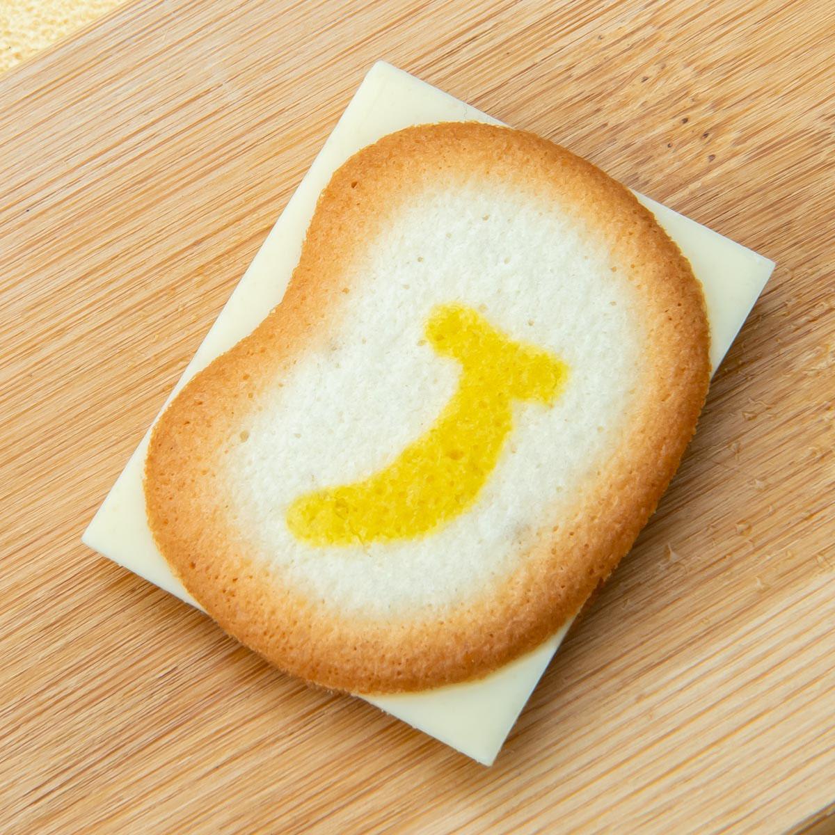 「東京ばな奈クッキーサンドしかも、チョコはみ出してる 写真