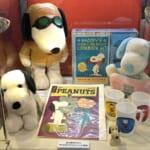 『ピーナッツ生誕70周年記念 スヌーピー タイムカプセル展』 PEANUTS のグッズや書籍の展示