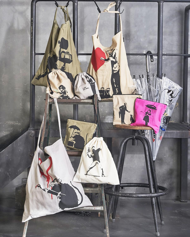 ASOKO「Banksy(バンクシー)」グラフィティ限定アイテム ワンショルダーバッグ、巾着、ビニール傘